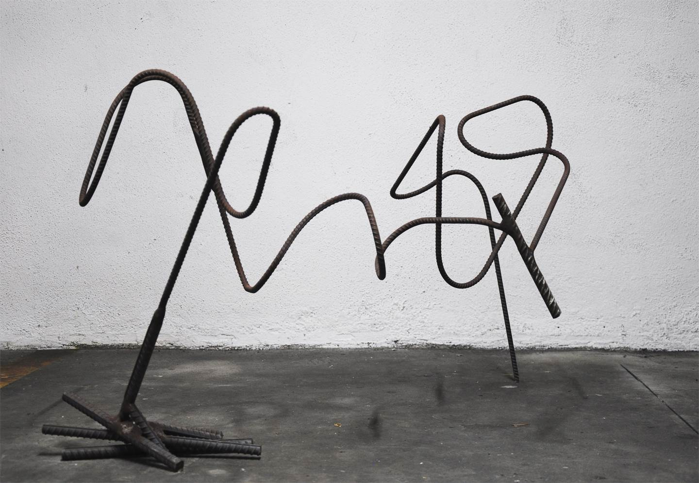 Em Linha_004, original Abstract Iron Sculpture by Joana Lapin