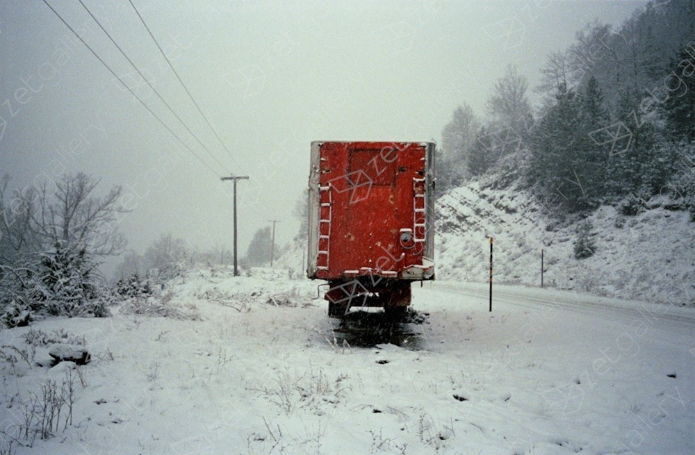 Red truck, snow. Near Grevena, northern Greece, Fotografía Analógica Paisaje original por Dimitri Mellos