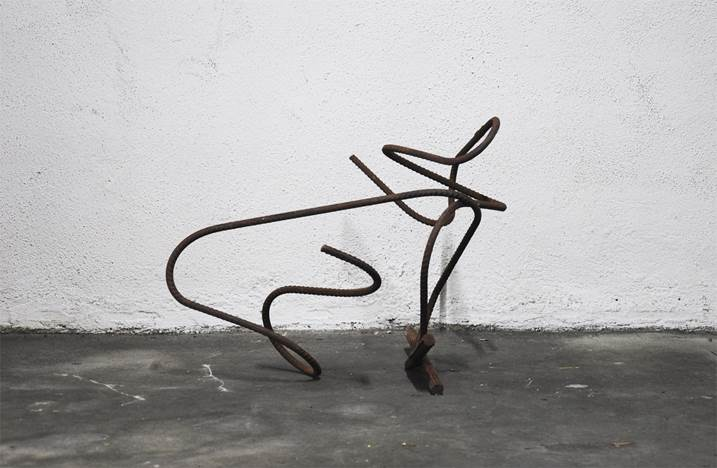 Em Linha_001, original Abstract Iron Sculpture by Joana Lapin